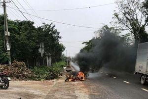 Sau cuộc điện thoại, nam thanh niên bất ngờ bị chém và đốt xe máy