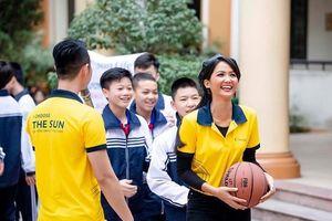 Sun Life Việt Nam trao tặng 110 trụ bóng rổ và 550 quả bóng cho trường học
