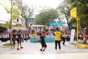 Sun Life lắp đặt 110 trụ bóng rổ cho 81 trường học trên cả nước