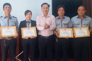 Khen thưởng 4 cá nhân tham gia bắt tội phạm