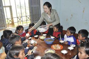 Thầy cô 'góp gạo thổi cơm' nuôi học trò nghèo