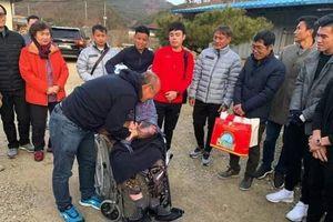 HLV Park Hang-seo dẫn 'đàn con nhỏ' về thăm mẹ cực xúc động