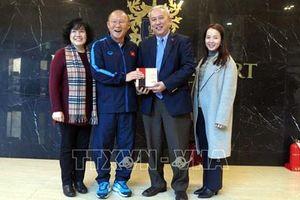Đại sứ Việt Nam tại Hàn Quốc thăm hỏi thầy trò HLV Park Hang-seo