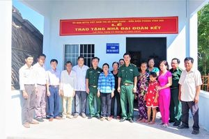 Bàn giao nhà đại đoàn kết cho người nghèo khu vực biên giới biển