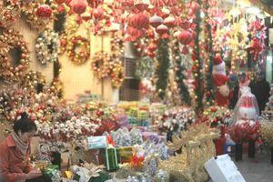 Rực rỡ sắc màu thị trường đồ trang trí Giáng sinh