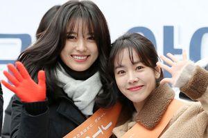 Trời âm độ, Han Ji Min nắm chặt tay Han Hyo Joo đi quyên góp từ thiện: Được tôn vinh là thiên thần!