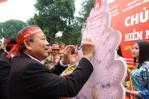 Phó Thủ tướng và các đại biểu ký tên lên cây thông Noel ở Chủ nhật Đỏ 2020
