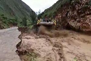 Video nước xoáy vỡ vụn cây cầu tại Peru