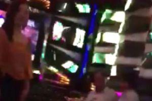 Nghi một lãnh đạo VKSND đi karaoke ôm trong giờ làm