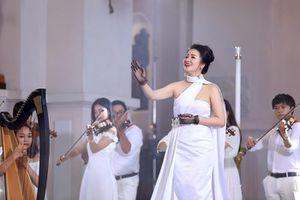 Phạm Thùy Dung 'tạm biệt' 2019 bằng CD Moon