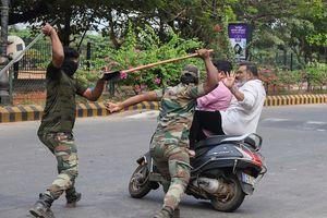 Gậy lathi đánh gãy xương, chết người - vũ khí đàn áp biểu tình Ấn Độ