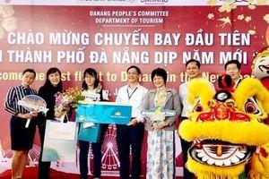 Vietnam Airlines đón các hành khách đầu tiên của năm 2020