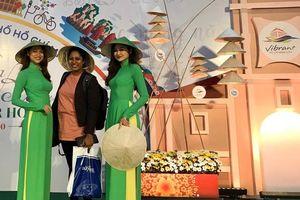 Du lịch Việt rộn ràng đón khách quốc tế đầu tiên đến địa phương
