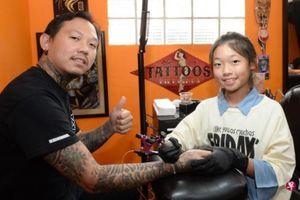 Cô bé 12 tuổi là thợ xăm trẻ nhất Singapore