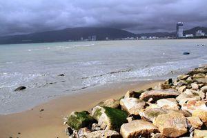 Nước bùn đen ngòm, tanh hôi từ miệng cống chảy thẳng ra biển Quy Nhơn