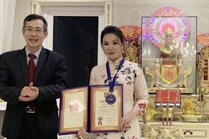 Ca sĩ Hồ Quỳnh Hương và Loving Vegan Group đón nhận bằng xác lập kỷ lục thế giới