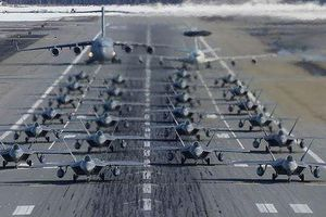 Chiêm ngưỡng dàn chiến đấu cơ F-22 Raptor của Mỹ trình diễn 'Voi Đi Bộ'