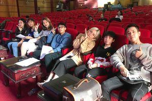 Dàn thí sinh luyện tập cho đêm chung kết 'Giọng hát hay tiếng Hàn VOV'