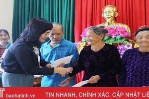 Lãnh đạo tỉnh Hà Tĩnh tặng quà các gia đình chính sách