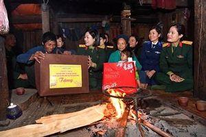 Phụ nữ Quân đội trao, tặng quà 'Xuân biên cương' tại Hà Giang
