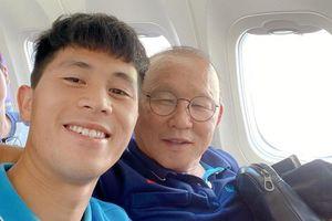 Đình Trọng rạng rỡ cạnh thầy Park trên máy bay tới Bangkok