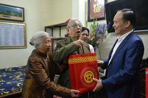 Phó Chủ tịch Thường trực HĐND TP Nguyễn Ngọc Tuấn thăm, tặng quà gia đình chính sách tiêu biểu quận Hoàn Kiếm, huyện Quốc Oai.