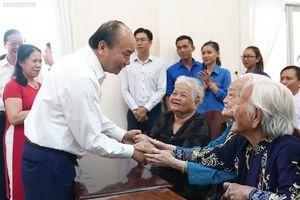 Thủ tướng thăm, tặng quà Tết gia đình chính sách, công nhân tại tỉnh Trà Vinh