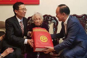 Lãnh đạo HĐND thành phố Hà Nội thăm, tặng quà Tết các gia đình chính sách