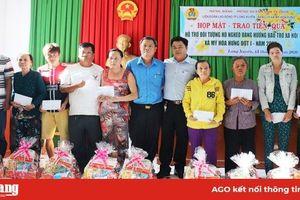 Liên đoàn Lao động TP. Long Xuyên trao tiền, quà hỗ trợ cho hộ nghèo xã Mỹ Hòa Hưng