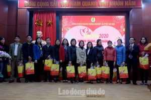 Công nhân viên chức lao động ngành Nông nghiệp hân hoan nhận quà Tết