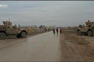 Lính Mỹ im lặng khi đoàn xe Nga 'thông chốt'