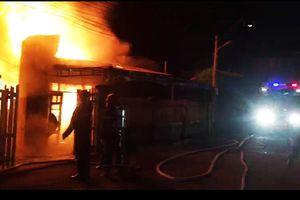 Điều xe cứu hỏa sân bay Liên Khương hỗ trợ dập 'bão lửa'