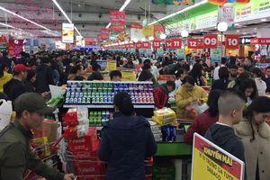 Rồng rắn xếp hàng vào siêu thị mua sắm Tết
