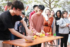 Học sinh Hà Nội thi dọn nhà, gói bánh chưng trước Tết