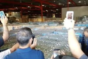 Dân thiếu thốn, cả kho hàng cứu trợ Puerto Rico để mốc meo