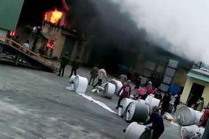 Cháy nhà máy bao bì ngày giáp Tết, chục tấn hàng ra tro