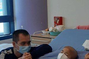 Nghẹn lòng tâm sự của ông bố cùng con chiến đấu ung thư: Còn được bên con thì ngày nào cũng là Tết!
