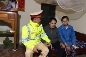 Cảnh sát giao thông xuyên đêm đưa 1 phụ nữ đi lạc về quê ăn Tết