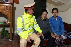 CSGT Hà Nội giúp đỡ người phụ nữ tâm thần đi lạc về đoàn tụ với gia đình ngày Tết