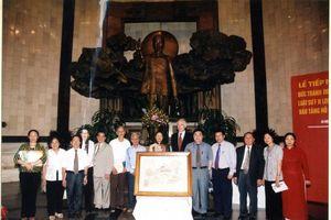 Chuyện về bức tranh thêu Bác Hồ tặng ân nhân
