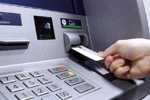 Để ATM hết tiền trong ngày tết, ngân hàng bị phạt ra sao?