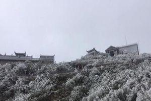 Miền Bắc tê tái, đỉnh Fansipan phủ trắng băng tuyết mùng 3 Tết