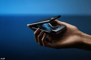 Điện thoại màn hình gập Razr của Motorola 'cháy hàng' đặt trước
