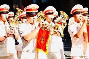 Nghệ sĩ lính chơi kèn trompette