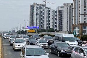 Sau nghỉ Tết người dân đổ về Hà Nội, cao tốc ùn tắc