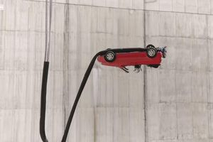Thót tim trước màn biểu diễn 'rơi tự do' với xe ô tô của Top Gear