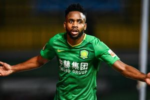 Tiền đạo đội bóng Trung Quốc đáp trả khi bị Barca lật kèo