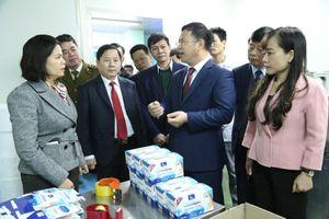 Giữa 'tâm bão' corona, Chủ tịch Bắc Ninh trực tiếp kiểm tra công ty sản xuất khẩu trang y tế