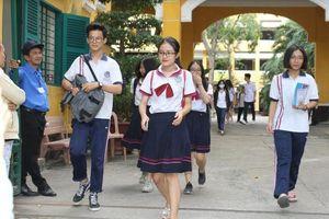 Kiểm tra học sinh từ cổng trường để phòng chống virus Corona