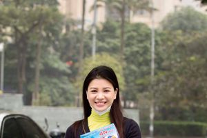 Người đẹp Mia Mai phát khẩu trang y tế tại Hà Nội